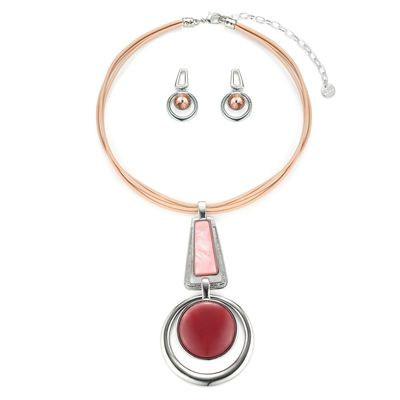 Get this colourful pink necklace from Yoko's fashion from the leading jewellery wholesaler. Necklace comes with a pair of matching earrings. Comes with a gift box.