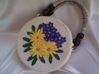 Outstanding Crochet: How to make a beautiful purse with flower decoration. Free pattern.