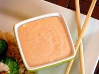 How to make yum yum sauce: 1 cup mayonnaise 3 tablespoons sugar 3 tablespoons vinegar 1 teaspoon tomato paste 2 tablespoons melted butter ¾ teaspoon paprika �…œ teaspoon cayenne pepper �…œ teaspoon garlic powder