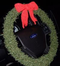 Decorate your steering wheel with yule tide and knitting. With this free knitting pattern you can make yourself a wonderfully looking wreath steering wheel cove