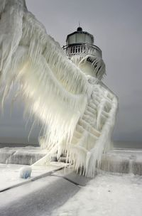 With the winter chill in high gear, photographer Thomas Zakowski has captured some beautiful images of frozen lighthouses to reflect just how cold temperat