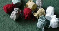 Fabulous trinket bags! Ravelry: Christmas Tree Bags pattern by Penny Peberdy. Why wrap those tiny treasures in pretty paper that will just get thrown away when you get bag 'em with reusable style! Your friends will boast about how creative you are! Gr...