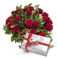 This stunning with a beautiful bouquet Liebesgeschenkset makes tremendous something here! Red roses in a tender embrace with ivy and a box of chocolates wonderful! ** The chocolate box is an example. **