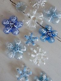 30 ideas to make a snowflake, 12 ideas for materials to cut snowflakes out of plus 18 snowflake craft ideas and art projects! Time to make a snowflake!