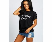 boohoo Layla New York City Roll Back Tee - black azz26256 Make your top a talking point with textures - think brocades, quilting and fluffy-feel. Jersey kinda gal? Shake it up with shapes. Crop tops get cutting edge in boxy, boyfriend fit shapes and shell...