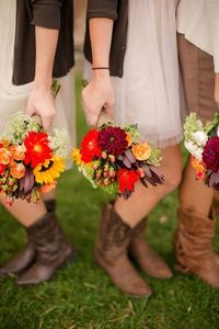 A pretty pop of color for fall (Photo by: Katelyn James on Southern Weddings via Lover.ly).