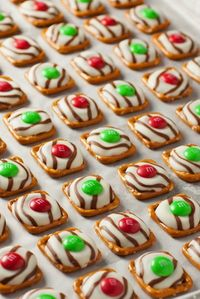 I love Christmas things that are so simple anyone can do them. These Christmas Pretzel M&M Hugs are so simple the whole family will love making them. With only
