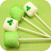 Fun food idea for St. Patrick's Day: St. Patrick's Day marshmallows - the decorated cookie