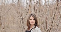 Winter maternity: bare branches look neat as a backdrop
