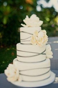 love this wedding cake! - Click image to find more Weddings Pinterest pins