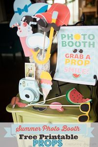 Summer Photo Booth Props {Free Printables} are here! Kids love a good end-of-school-beginning-of-summer celebration, and this is perfect for that occasion!
